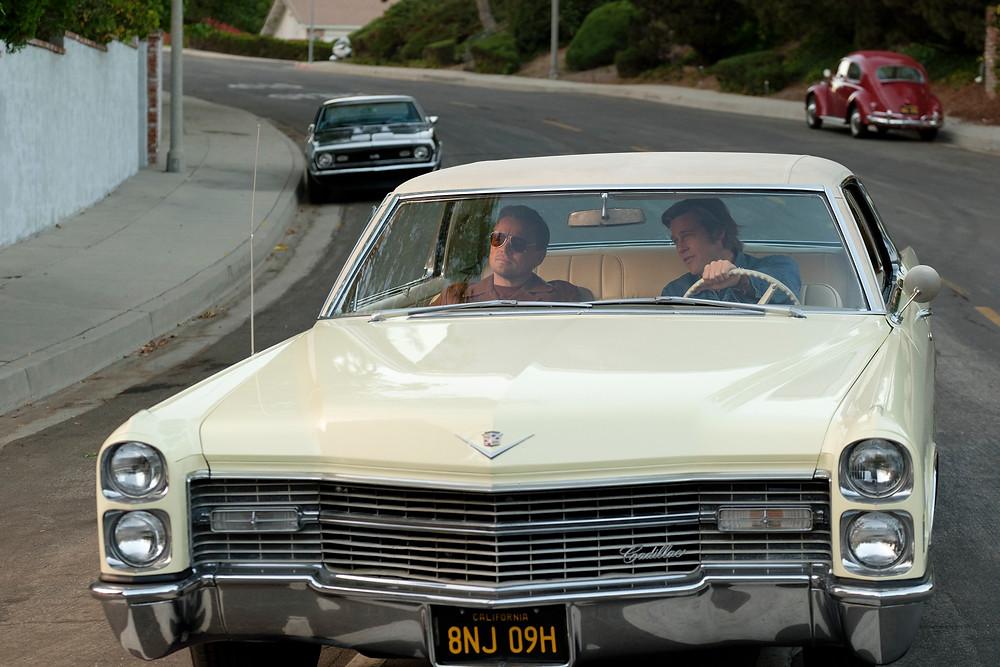 Leonardo DiCaprio e Brad Pitt em cena de Era Uma Vez em... Hollywood (2019), novo filme de Quentin Tarantino | Foto: Divulgação (Sony Pictures)