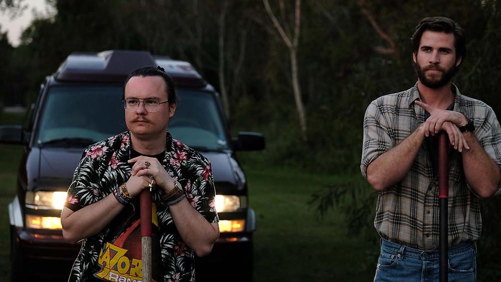 Clark Duke e Liam Hemsworth em cena do filme Arkansas (2020) | Foto: Divulgação