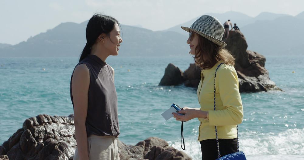 Kim Min-hee e Isabelle Huppert no filme A Câmera de Claire (La Caméra de Claire, 2017), de Hong Sang-soo | Foto: Divulgação (Pandora)