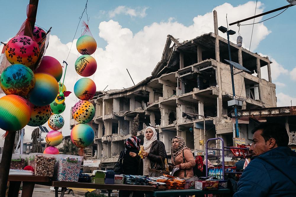 A cidade síria de Raqqa, entre destroços da guerra civil e o vislumbre de sua reconstrução, em cena do documentário francês 9 Dias em Raqqa (9 Jours A Raqqa / 9 Days in Raqqa, 2020), de Xavier de Lauzanne | Foto: Divulgação (É Tudo Verdade)