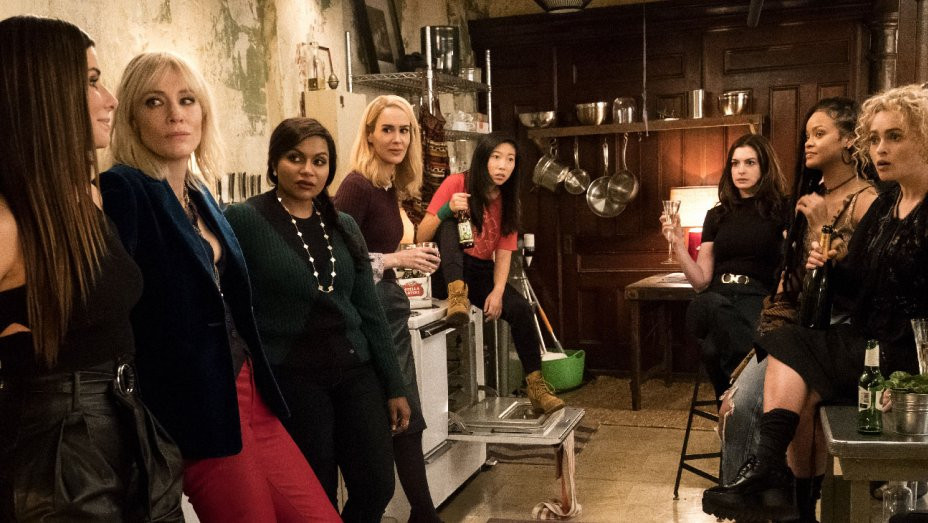 Sandra Bullock, Cate Blanchett, Mindy Kaling, Sarah Paulson, Awkwafina, Anne Hathaway, Rihanna e Helena Bonham Carter em Oito Mulheres e Um Segredo (2018) | Foto: Divulgação