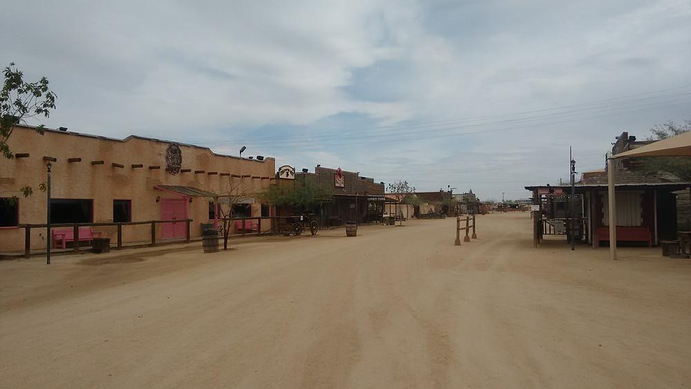 Parque de diversões temático do Velho Oeste no Arizona em cena do documentário brasileiro Zona Árida (2019), de Fernanda Pessoa | Foto: Divulgação (Olhar Distribuição / Créditos: Rodrigo Levy)