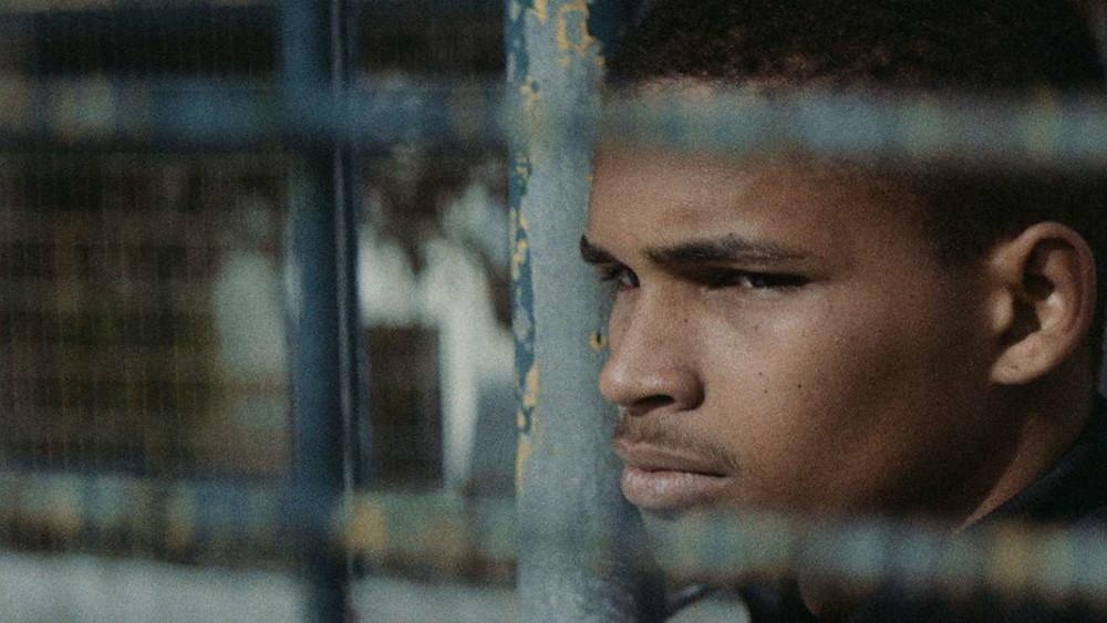 Michael Spencer em cena do filme luso-suíço O Fim do Mundo (2019), de Basil da Cunha | Foto: Divulgação