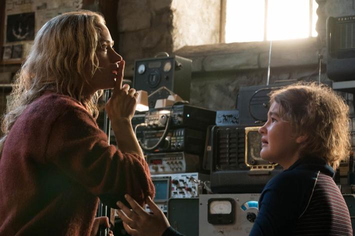 Emily Blunt e Millicent Simmonds em cena do filme Um Lugar Silencioso (A Quiet Place, 2018) | Foto: Divulgação (Paramount Pictures)