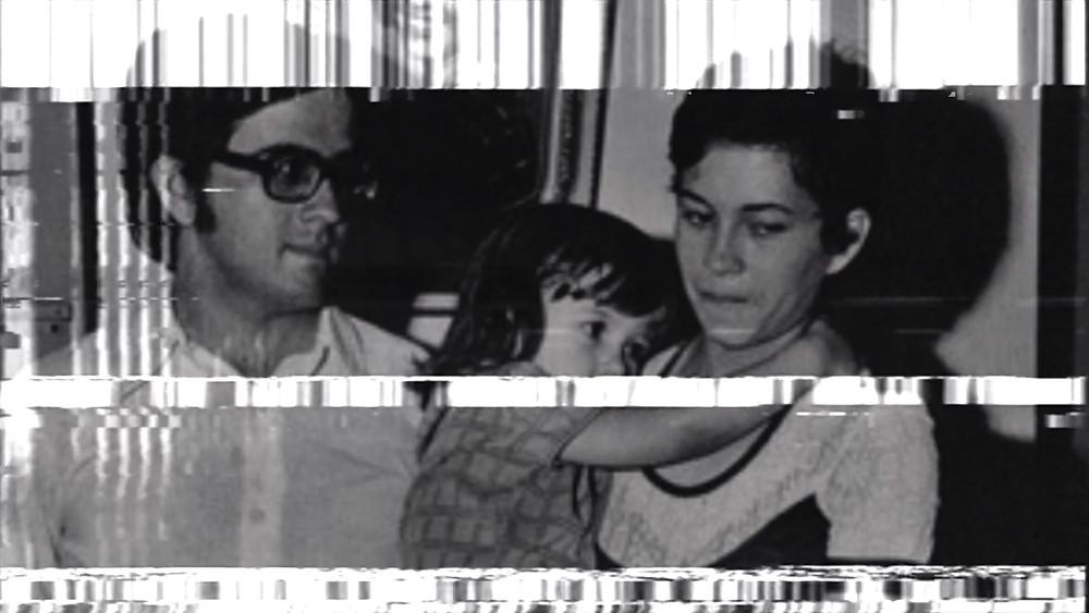 Imagem do jornalista Dermi Azevedo e sua família no curta-metragem Atordoado, Eu Permaneço Atento (2020), documentário de Henrique Amud e Lucas H. Rossi dos Santos | Foto: Divulgação (Festival de Gramado)