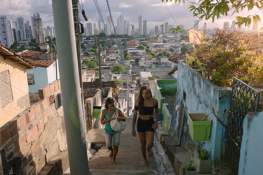 Luciana Souza e Sophia Williams em cena do curta pernambucano Inabitável (2020), de Matheus Farias e Enock Carvalho | Foto: Divulgação
