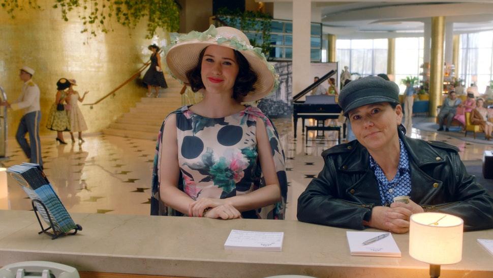Rachel Brosnahan e Alex Borstein em cena da terceira temporada da série de comédia Maravilhosa Sra. Maisel (2017-)   Foto: Divulgação