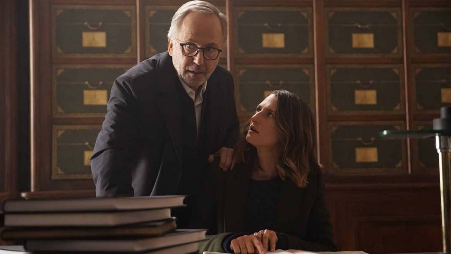 Fabrice Luchini e Camille Cottin em cena do filme francês O Mistério de Henri Pick (2019) | Foto: Divulgação (A2 Filmes)