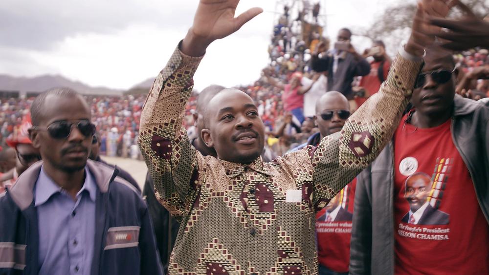 O candidato Nelson Chamisa durante a campanha à presidência do Zimbábue, nas conturbadas eleições de 2018, em cena do documentário Presidente (2021), da diretora dinamarquesa Camilla Nielsson | Foto: Divulgação (É Tudo Verdade)
