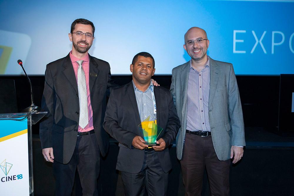 O diretor Mauri Palos, o exibidor homenageado Regilson Cavalcante e o CEO da Expocine Marcelo J L Lima | Foto: Divulgação (Expocine)