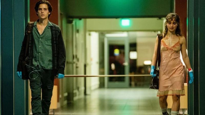 Cole Sprouse e Haley Lu Richardson em cena do filme A Cinco Passos de Você (2019) | Foto: Divulgação (Paris Filmes)