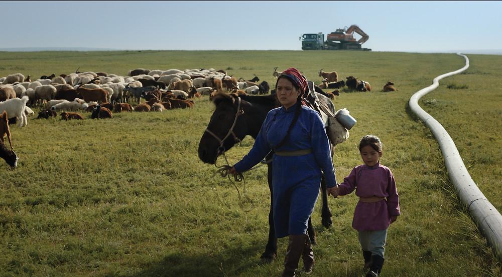 Enerel Tumen e Algirchamin Baatarsuren em cena do filme mongol As Veias do Mundo (Die Adern Der Welt, 2020), de Byambasuren Davaa | Foto: Divulgação (Mostra Internacional de Cinema em São Paulo / Créditos: Talal Khoury)