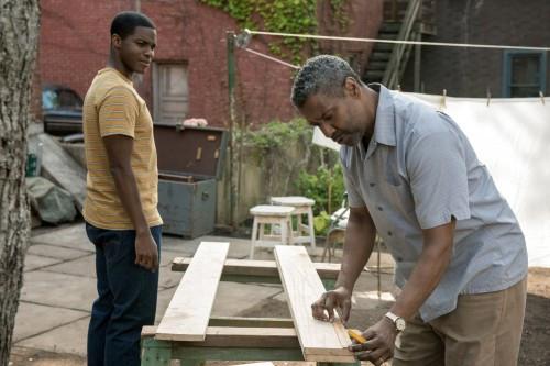 Jovan Adepo e Denzel Washington em cena do filme Um Limite Entre Nós (Fences, 2016) | Foto: Divulgação
