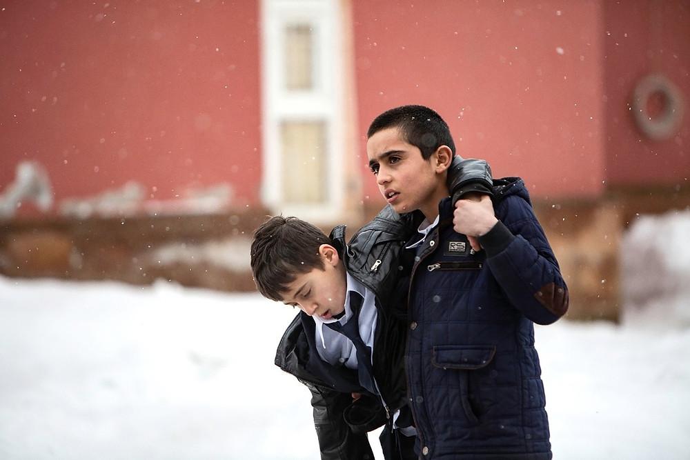 Nurallah Alaca e Samet Yildiz em cena do filme turco O Protetor do Irmão (Okul Tiraşi, 2021), de Ferit Karahan   Foto: Divulgação (Olhar de Cinema)
