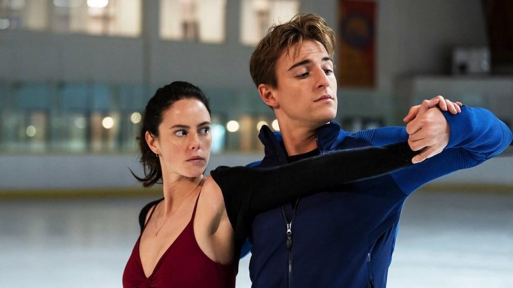 Kaya Scodelario e Evan Roderick em cena da série Spin Out (Spinning Out, 2020) | Foto: Divulgação (Netflix)