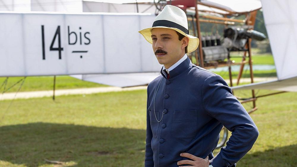 João Pedro Zappa na pele do aeronauta e inventor brasileiro em cena da minissérie Santos Dumont (2019) | Foto: Divulgação (HBO)