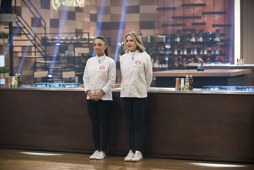 As chefs Débora e Michele na final da temporada do Masterchef Brasil (2014-) | Foto: Divulgação (Band)