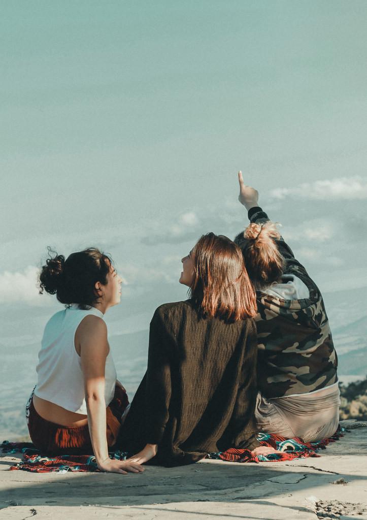 Rebecca Kassab, Cecília Parreira e Stefânia Grochowski em cena do curta brasileiro Por Outras Primaveras (2020), produção mineira dirigida por Anna Carolina Mol | Foto: Divulgação (Mostra Tiradentes)