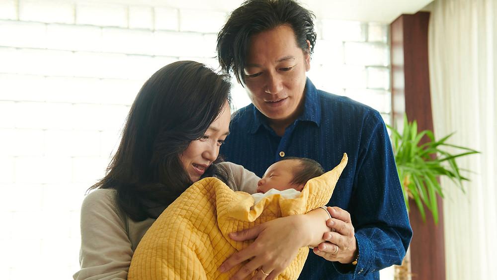 Hiromi Nagasaku e Arata Iura em cena do drama japonês Mães de Verdade (Asa Ga Kuru / True Mothers, 2020), filme de Naomi Kawase | Foto: Divulgação (Mostra Internacional de Cinema em São Paulo)