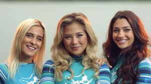 Mariana Azevedo, Larissa Murai e Carol Oliveira em cena do primeiro episódio da segunda temporada da série nacional Juacas (2017-) | Foto: trailer (Divulgação)