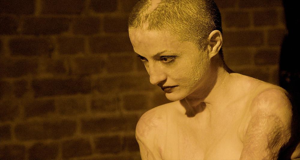 A modelo Tedy Ursuleanu em cena do documentário romeno Colectiv (Collective, 2019), de Alexander Nanau | Foto: Divulgação (Festival É Tudo Verdade)