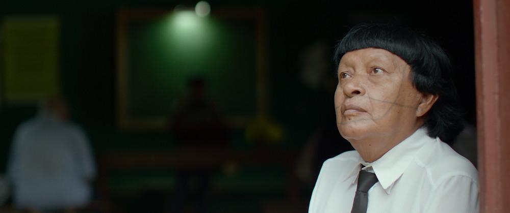 O índio Perpera, da tribo Paiter Suruí, na porta da igreja no documentário Ex-Pajé (2018) | Foto: Divulgação (Festival É Tudo Verdade)