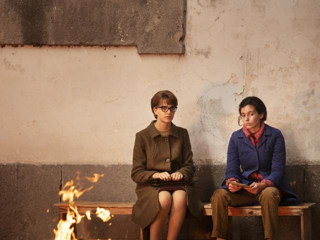 Margherita Mazzucco e Gaia Girace em cena do oitavo episódio da segunda temporada da série italiana A Amiga Genial (L'Amica Geniale / My Brilliant Friend, 2018-) | Foto: Divulgação (HBO)