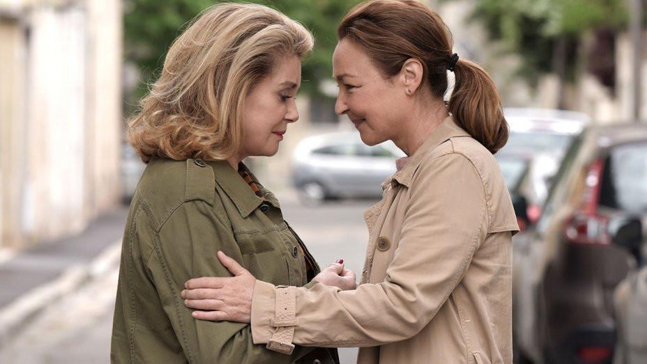 Catherine Deneuve e Catherine Frot em cena do filme francês O Reencontro (Sage Femme, 2017) | Foto: Divulgação (Mares Filmes)