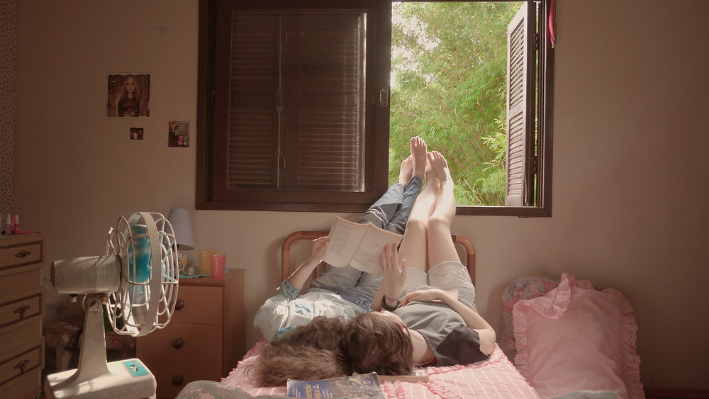 Eduarda Bento e Maria Galant em cena do curta brasileiro Letícia, Monte Bonito, 04 (2020), produção gaúcha dirigida por Julia Regis | Foto: Divulgação (Mostra Tiradentes)