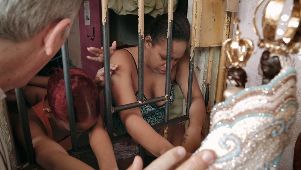 Detentas recebem a visita da imagem de Nossa Senhora de Nazaré no dia do Círio de Nazaré, no Pará, em cena do documentário brasileiro Nazinha Olhai Por Nós (2020), de Belisario Franca | Foto: Divulgação (Cine Ceará)