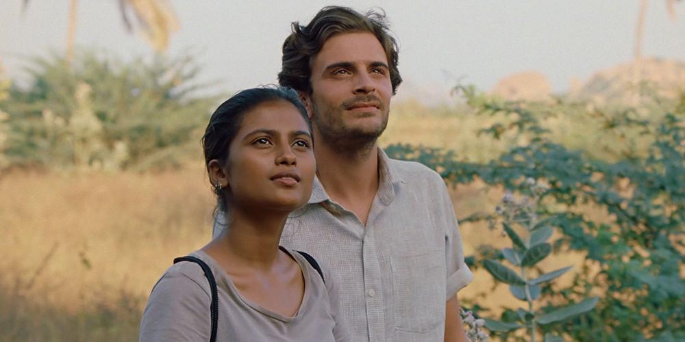 Aarshi Banerjee e Roman Kolinka em cena do filme francês Maya (2018) | Foto: Divulgação