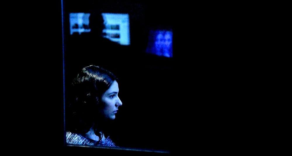 Maia Levi em cena do documentário Na Cabine de Exibição (The Viewing Booth, 2019), de Ra'anan Alexandrowicz | Foto: Divulgação