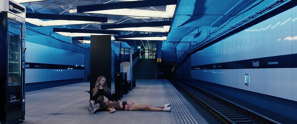 Luna Wedler e Zoë Pastelle Holthuizen em cena do filme suíço Blue My Mind (2017), de Lisa Brühlmann | Foto: Divulgação (Mostra SP)