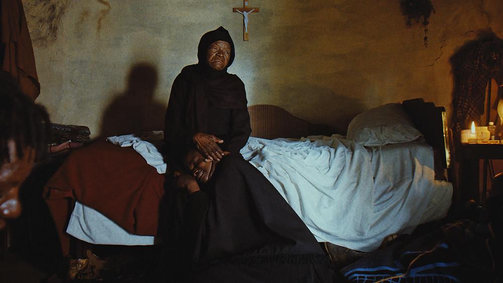 Mary Twala Mhlongo e elenco em cena do filme Isso Não É um Enterro, É uma Ressurreição (2019), realizado em Lesoto pelo cineasta Lemohang Jeremiah Mosese | Foto: Divulgação (Mostra Internacional de Cinema em São Paulo)