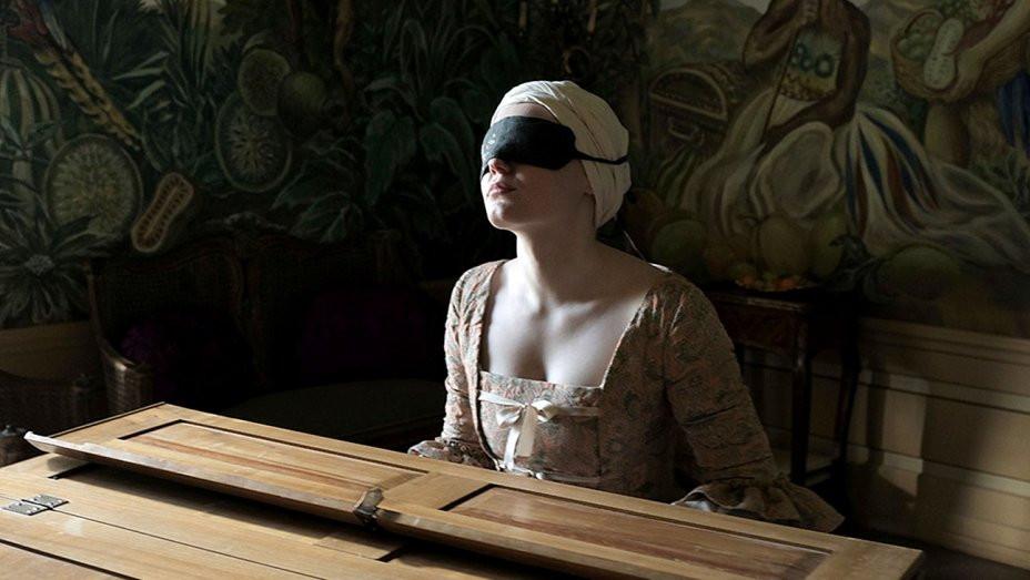 Maria Dragus em cena do filme austro-alemão Mademoiselle Paradis (2017) | Foto: Divulgação (A2 Filmes)