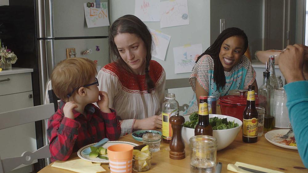 Leon Lewis, Brooke Bloom e Jasmine Batchelor em cena do filme Mãe de Aluguel (The Surrogate, 2020), de Jeremy Hersh | Foto: Divulgação (Visit Films / Mostra Internacional de Cinema em São Paulo)