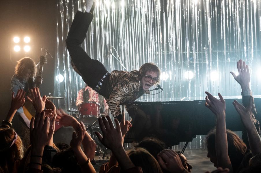 Taron Egerton como Elton John em cena do filme Rocketman (2019) | Foto: Divulgação (Telecine)