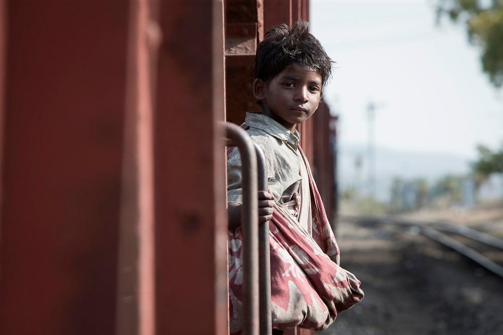 Sunny Pawar em cena do filme Lion – Uma Jornada Para Casa (2016) | Foto: Divulgação (Diamond Films)