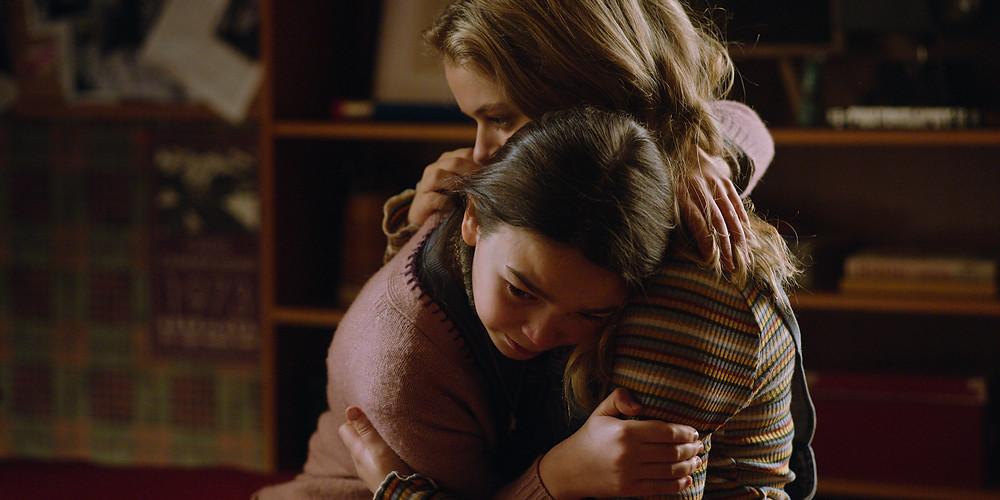Brooklynn Prince e Kylie Rogers em cena do quinto episódio da segunda temporada da série Home Before Dark (2020-), de Dana Fox e Dara Resnik   Foto: Divulgação (Apple TV+)