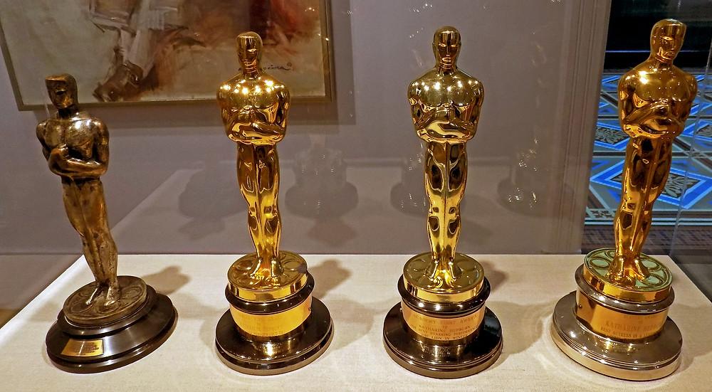 As quatro estatuetas do Oscar recebidas por Katharine Hepburn, atriz recordista do Academy Awards, exibidas no Smithsonian: a de 1934, por Manhã de Glória (1933); de 1968, por Adivinhe Quem Vem Para Jantar (1967); de 1969, por O Leão no Inverno (1968); de 1982, por Num Lago Dourado (1981) | Foto: Mr. Gray