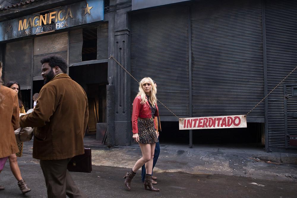 Simone Spoladore como a Dora Dumar na terceira temporada da série nacional Magnífica 70 | Foto: Divulgação