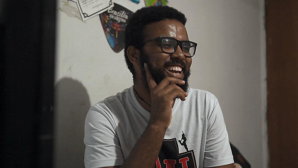 O artista brasiliense Wander Vi em cena do curta documentário homônimo, Wander Vi (2020), de Augusto Borges e Nathalya Brum | Foto: Divulgação (Festival de Gramado)