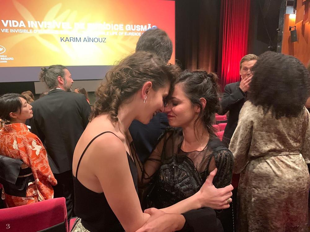 As atrizes Carol Duarte e Julia Stockler comemorando a vitória do filme que estrelam, A Vida Invisível de Eurídice Gusmão (2019) na mostra Un Certain Regard no Festival de Cannes de 2019 | Foto: Divulgação (RT Features)
