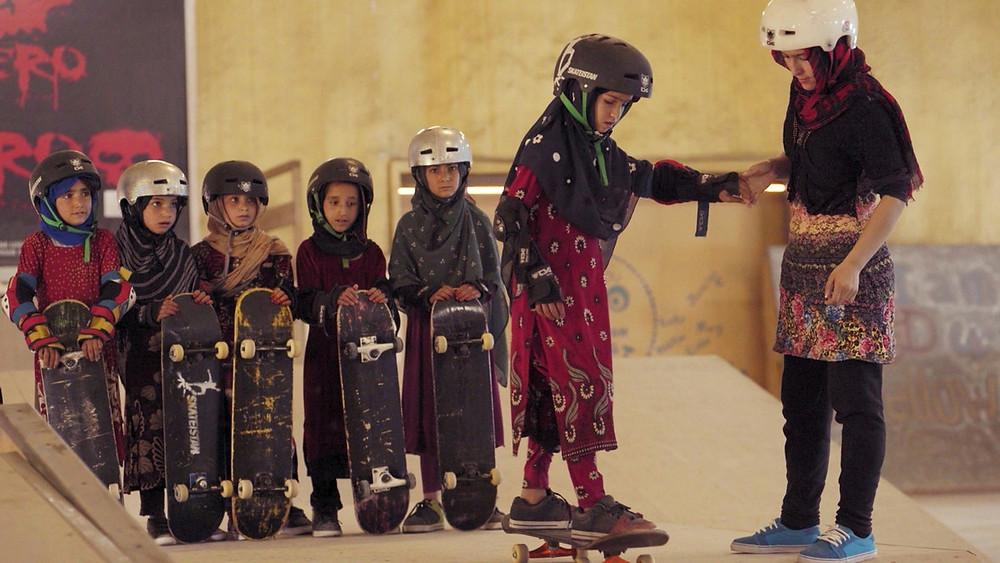 Cena do curta documentário Learning to Skateboard in a Warzone (If You're a Girl), de Carol Dysinger