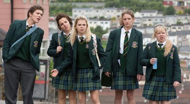 Dylan Llewellyn, Jamie-Lee O'Donnell, Saoirse-Monica Jackson, Louisa Harland e Nicola Coughlan em cena da série norte-irlandesa Derry Girls (2018-) | Foto: Divulgação (Channel 4)