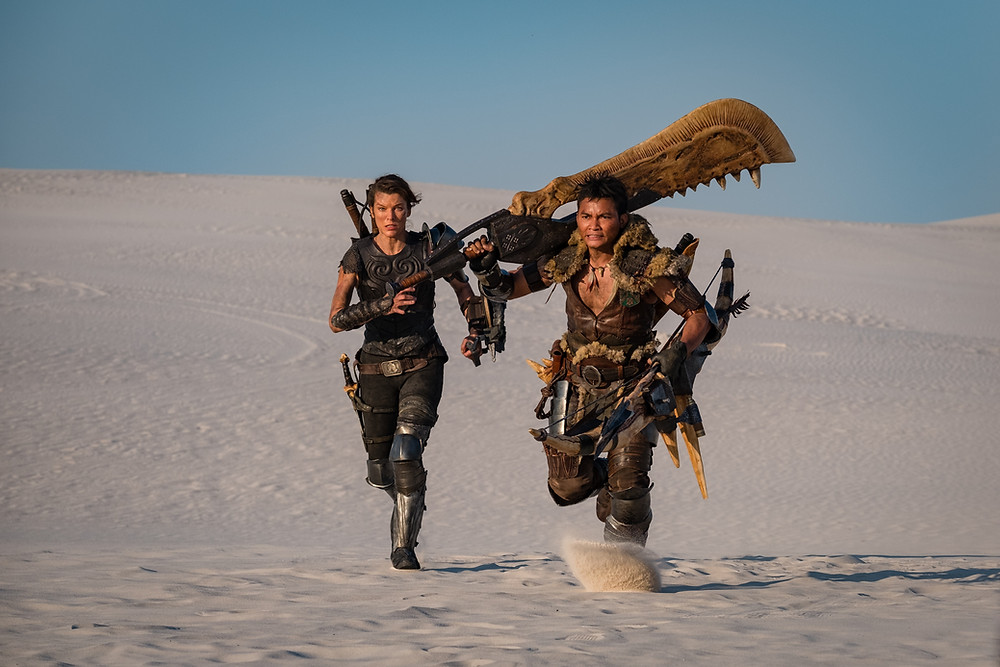 Milla Jovovich e Tony Jaa durante as filmagens de Monster Hunters (2020) | Foto: Divulgação (Sony Pictures)