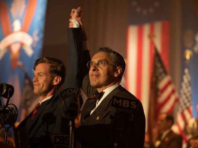 Ben Cole e John Turturro em cena da minissérie The Plot Against America (2020) | Foto: Divulgação (HBO)