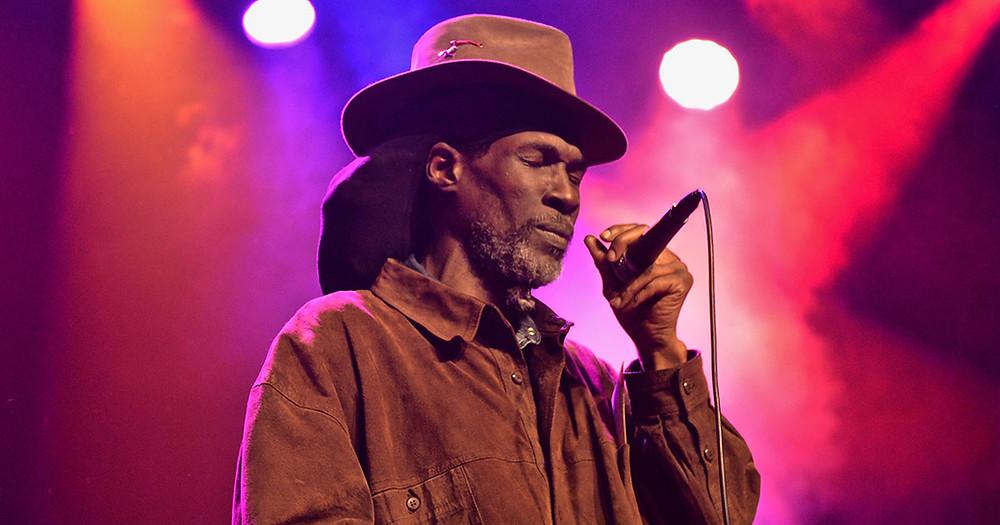 O vocalista e fundador da banda de reggae Akae Beka, Vaughn Benjamin | Foto: Divulgação