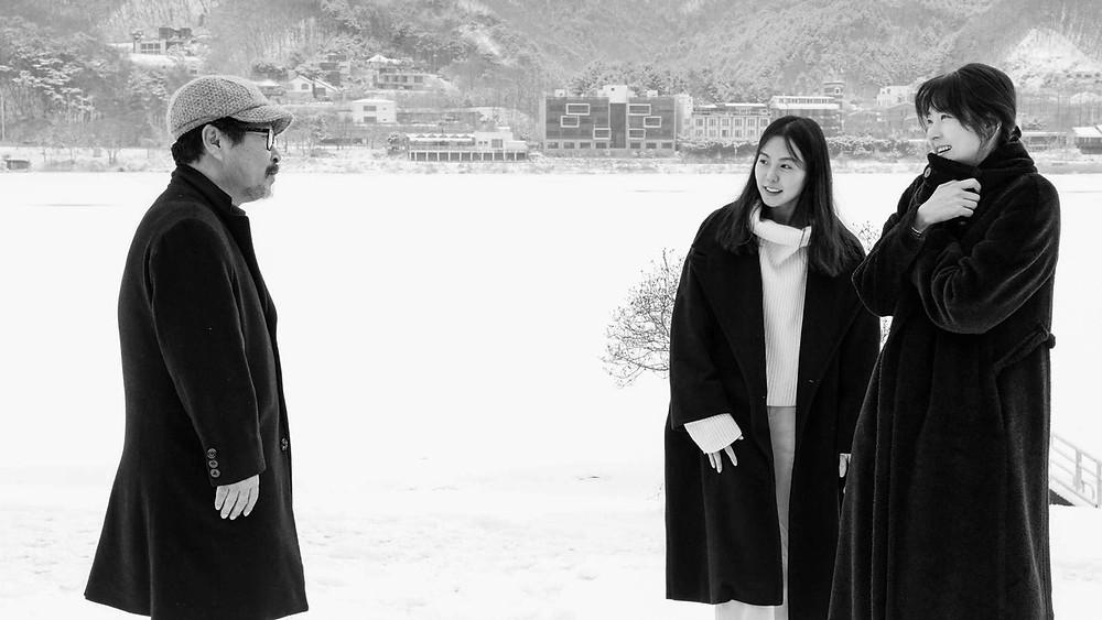 Gi Ju-bong, Kim Min-hee e Song Seon-mi em cena do filme sul-coreano O Hotel às Margens do Rio (Gangbyeon Hotel, 2018), de Hong Sang-soo | Foto: Divulgação (Pandora Filmes)
