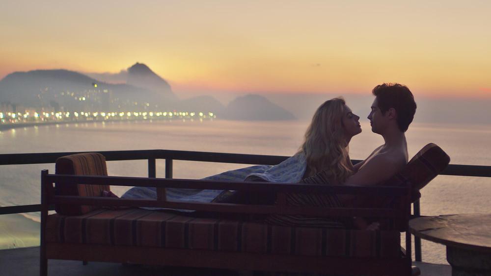 Giovanna Lancellotti e Danilo Mesquita em cena do filme brasileiro Ricos de Amor (2020), de Bruno Garotti | Foto: Divulgação (Netflix)